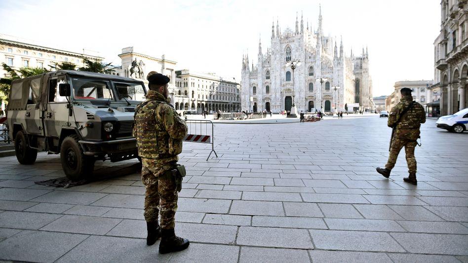Soldaten in Mailand: Vor zwei Wochen war ein Sperrgebiet noch ein düsteres Szenario, nun wird es Realität