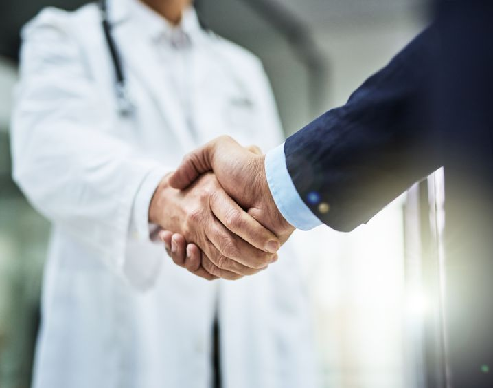 Welche finanziellen Verbindungen unterhalten Mediziner, Kliniken und Industrie?