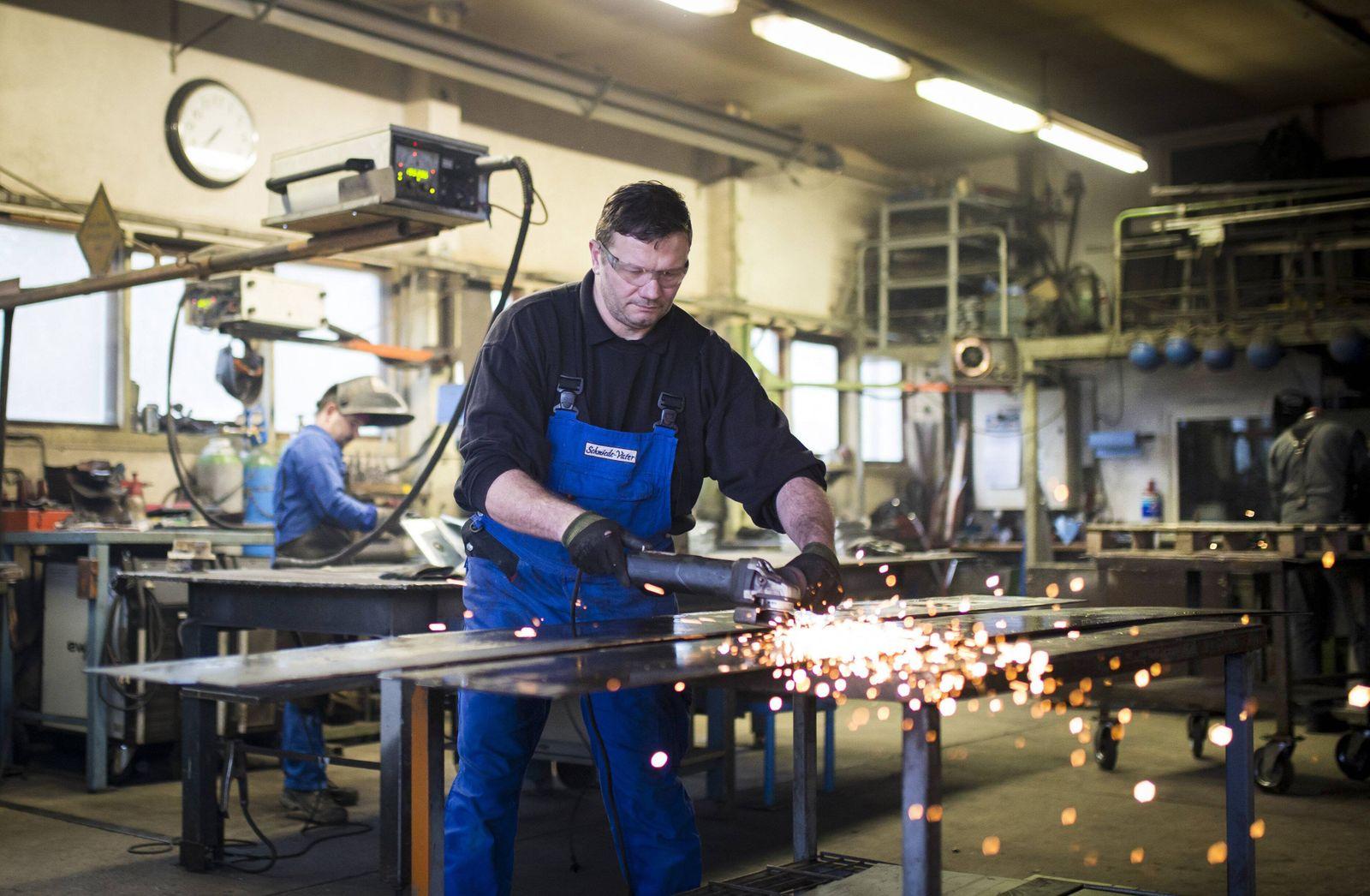 Ein Arbeiter schleift Metall in der Werkstatt einer Schmiede in Klitten 03 04 2018 Nur fuer redakt