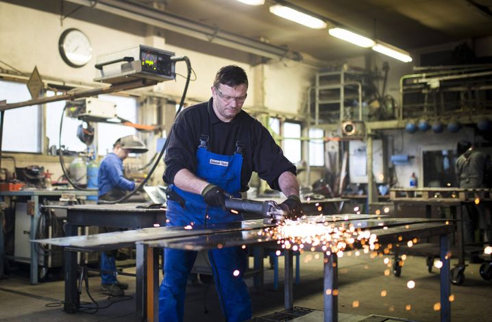 Arbeiter in Metallwerkstatt in Klitten
