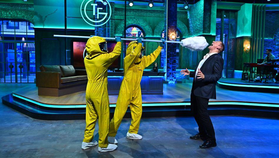 Ralf Möller wird in der neuen TV-Show »Täglich frisch geröstet« einem überdimensionierten Corona-Test unterzogen