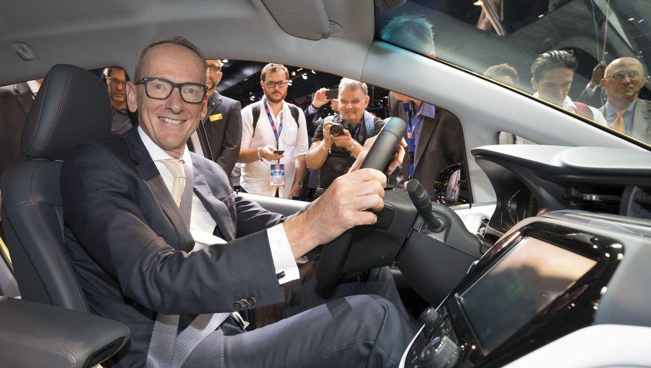 Opel-Chef Karl-Thomas Neumann im Ampera-e.