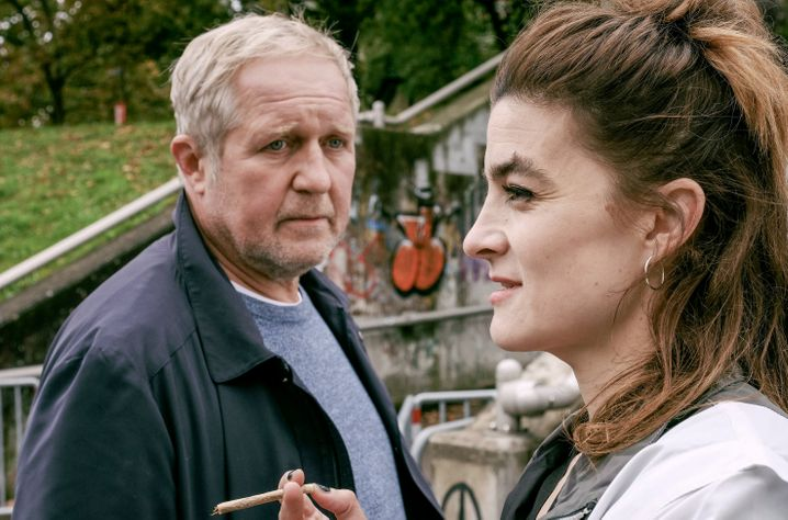 Eisner (Harald Krassnitzer) mit Dealerin Wave (Sophie Aujesky): Crack im Angebot