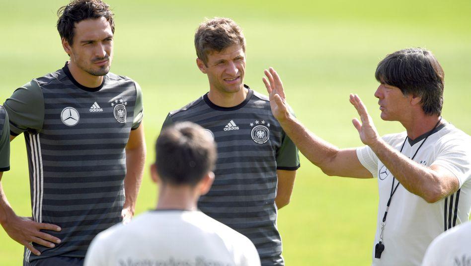 Aus der guten alten Zeit: Mats Hummels und Thomas Müller hören zu, was Joachim Löw erzählt