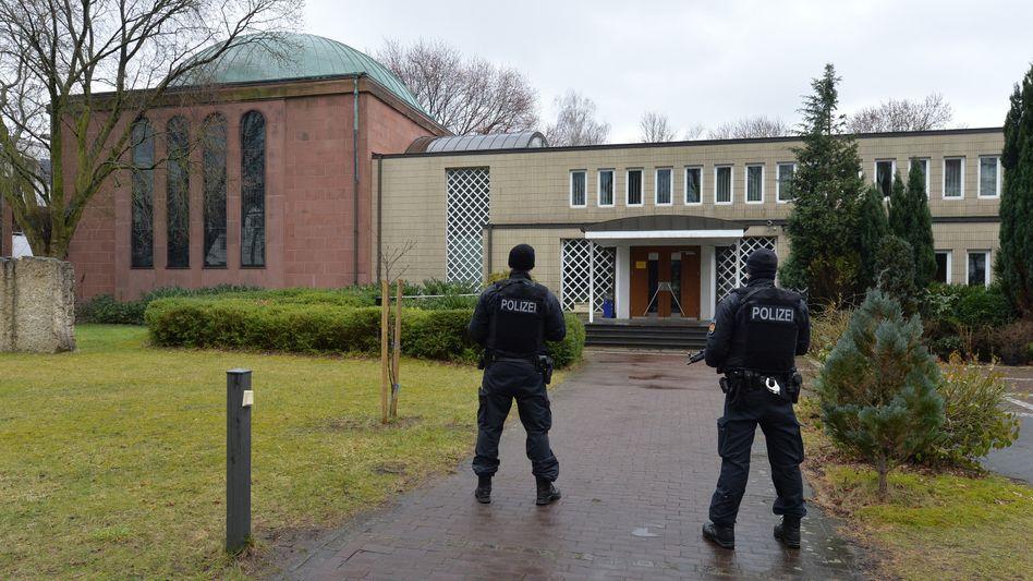 Polizisten bewachen Synagoge im Stadtteil Schwachhausen (2015)