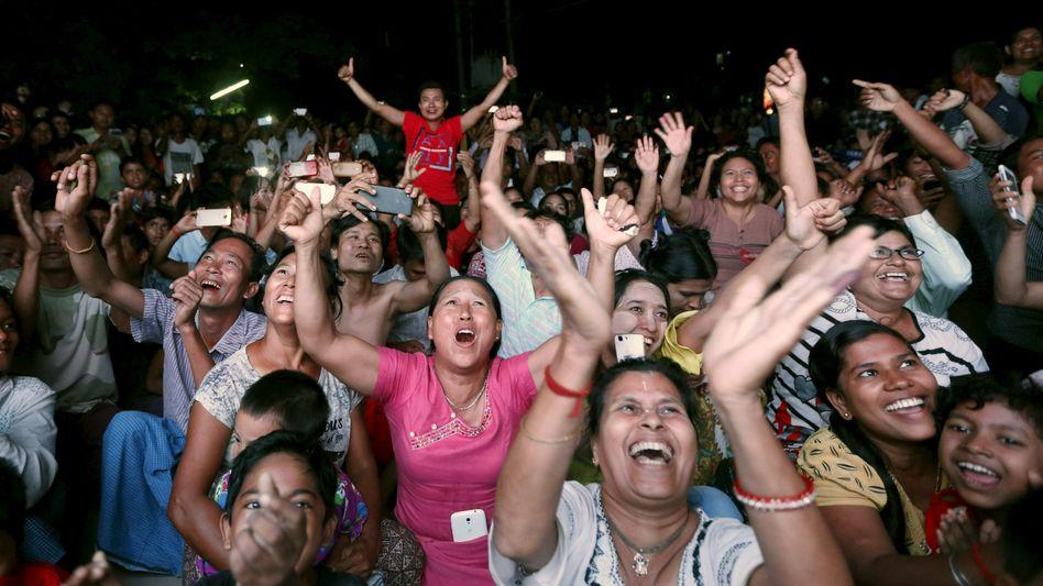 Jubel in Mandalay: Anhänger der Friedensikone Aung San Suu Kyi feiern den möglichen Sieg