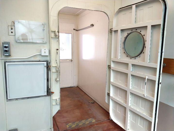 """Luftschleuse: Die """"Biosphere 2"""" war während der Isolationsexperimente in den Neunzigern luftdicht abgeschlossen. Sie habe damals weniger Luft an die Umgebung verloren als heute die Internationale Raumstation, sagt Vizedirektor John Adams. Heute stehen die Türen neben Forschern auch zahlenden Gästen offen."""