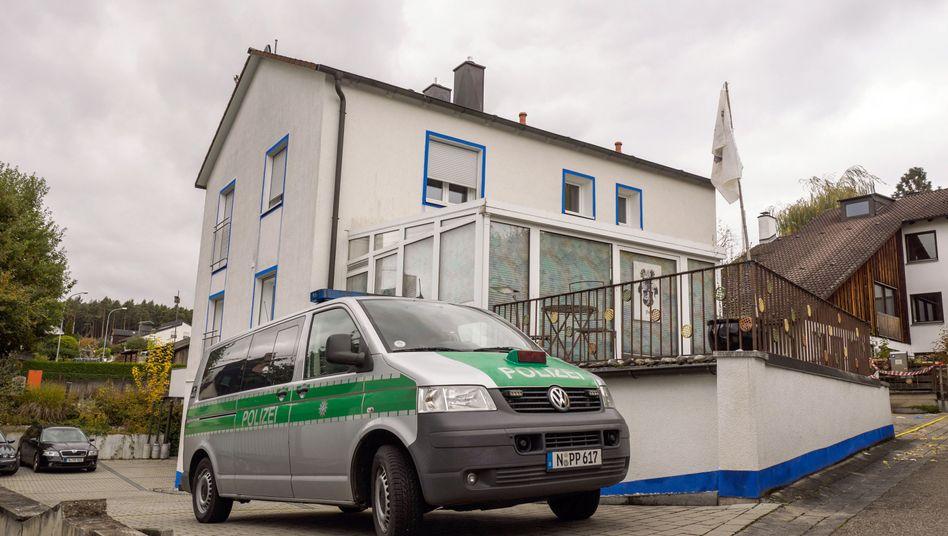 Polizeifahrzeug vor einem Haus in Georgensgmünd