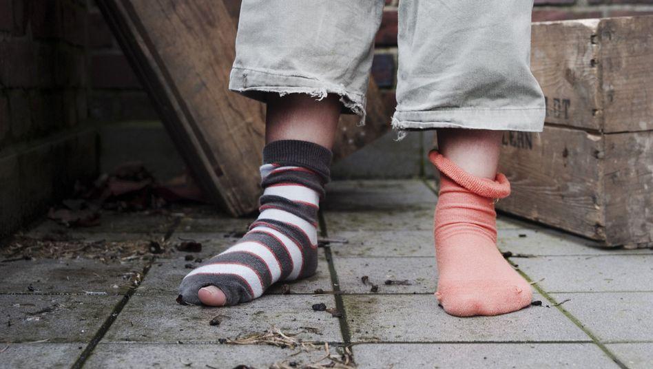 Mädchen in Hinterhof ohne Schuhe: Gewerkschaftsbund fordert Aktionsprogramm gegen Kinderarmut