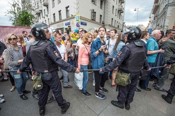 Polizei und Demonstranten in der Twerskaja-Straße