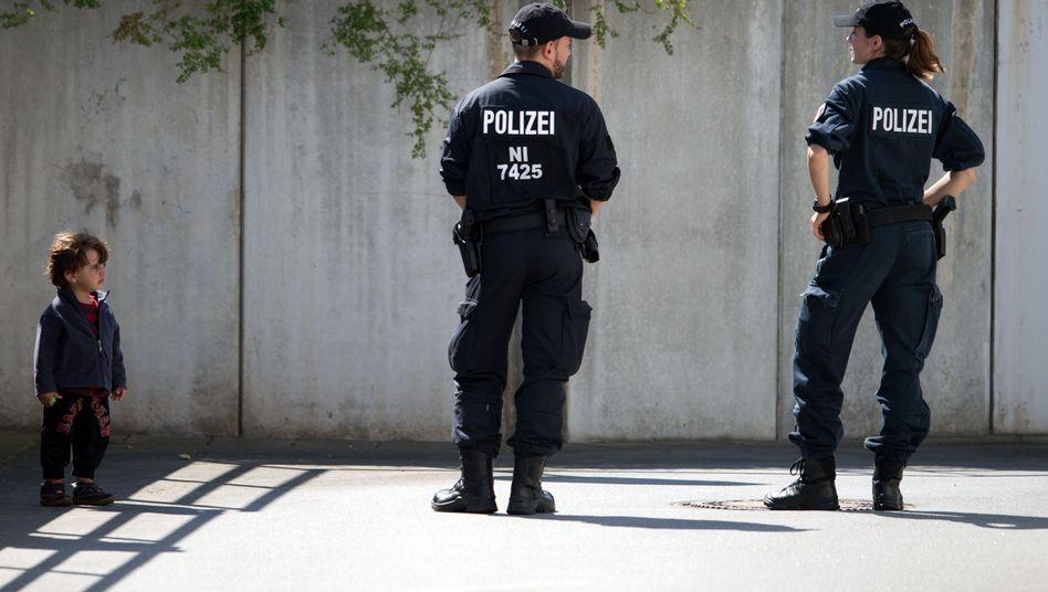 Vor der Flüchtlingsunterkunft in Heidenau: Versammlungsverbot in der Stadt