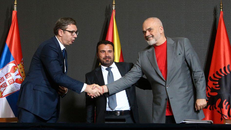Wollen auf dem Balkan besser zusammenarbeiten: Serbiens Präsident Aleksandar Vučić und die Ministerpräsidenten Nordmazedoniens und Albaniens, Zoran Zaev und Edi Rama (v.l.)