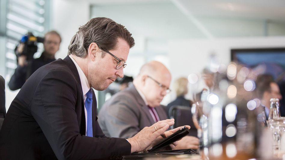 Bundesverkehrsminister Andreas Scheuer (CSU) und weitere Kabinettsmitglieder mit Smartphones