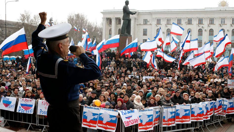 Marinesoldat der Schwarzmeerflotte bei einer Kundgebung in Simferopol: Parlament schafft Fakten
