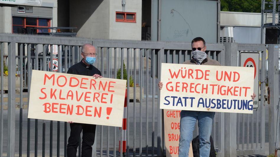 Pastor Peter Kossen (links) bei einer Mahnwache vor dem Schlachthof der Firma Westfleisch