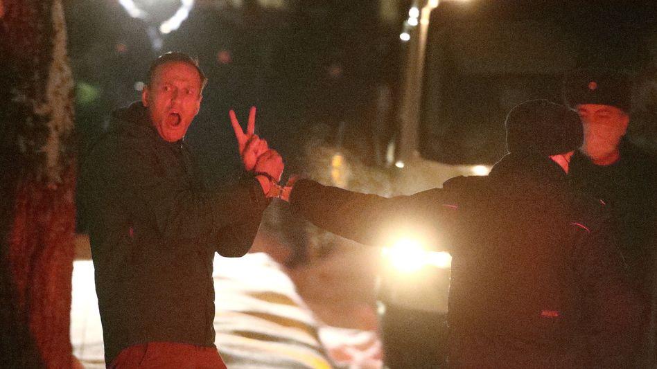 Alexej Nawalny (l.) bei seiner Verhaftung: Victory-Zeichen trotz Handschellen