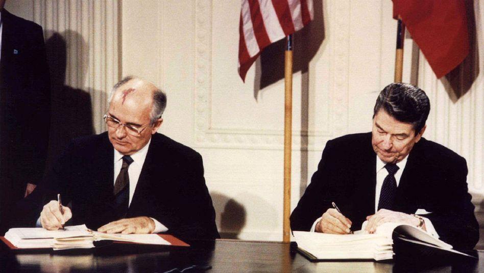 Sowjet-Präsident Michail Gorbatschow US-Präsident Ronald Reagan: 1987 wurde das Abkommen geschlossen
