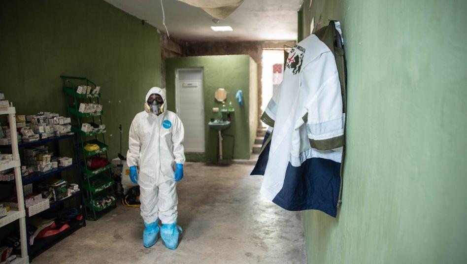 Freiwilliger Corona-Helfer in Mexiko. Weltweit nimmt die Zahl der Infektionen zu, meldet die Weltgesundheitsorganisation am Samstag