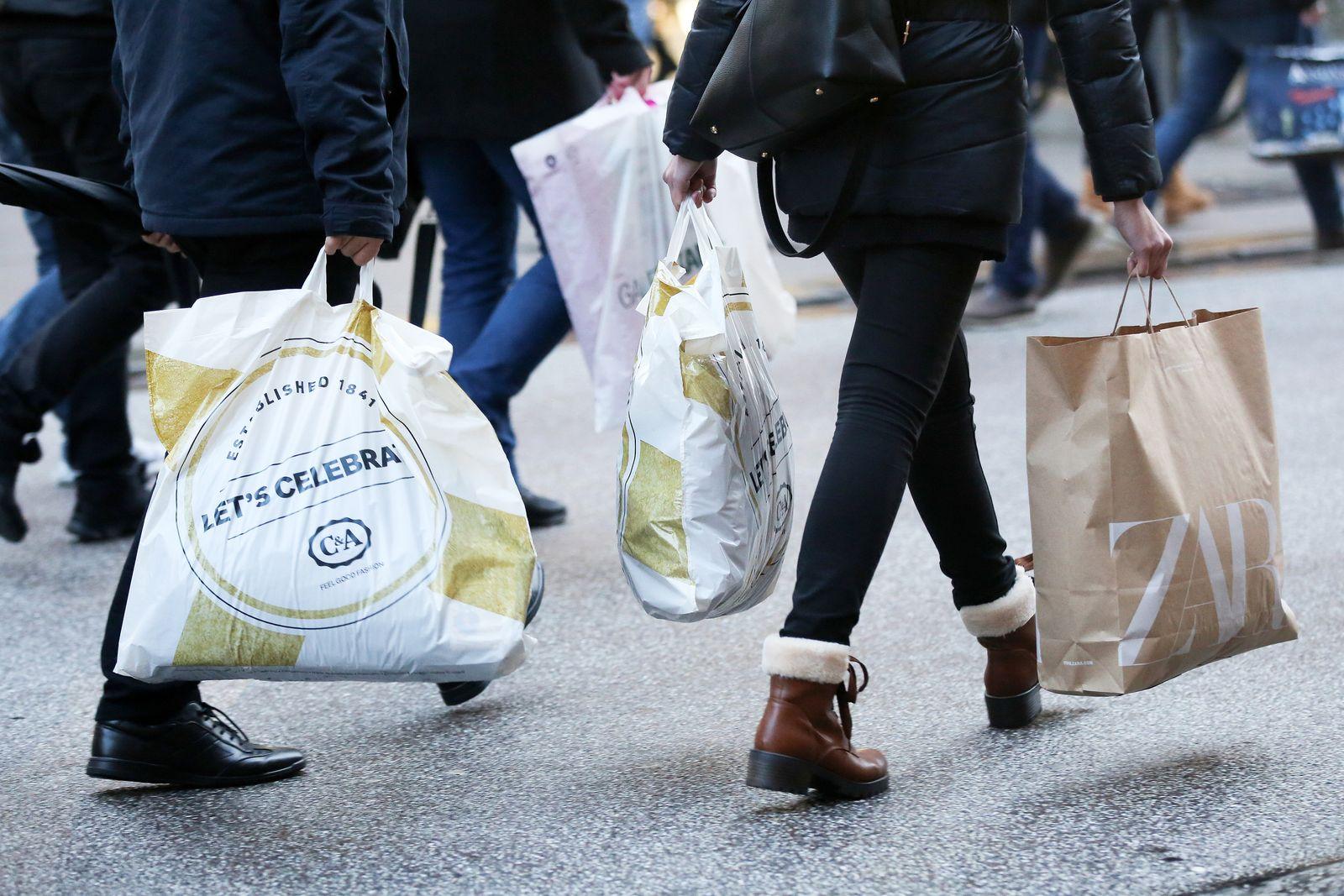 EINMALIGE VERWENDUNG Einzelhandel / Passanten / Shoppen / Konsum / Konjunktur