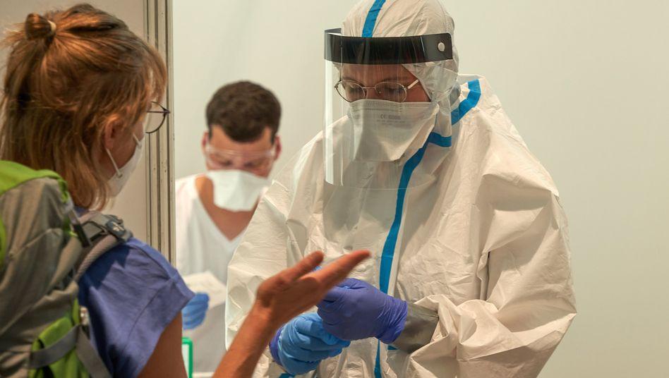 Reisende stehen am Frankfurter Flughafen für den Coronavirus-Test an