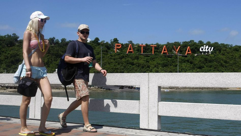 Touristen in Pattaya (Archiv): Kein Ausgehverbot mehr in Thailands Ferienorten