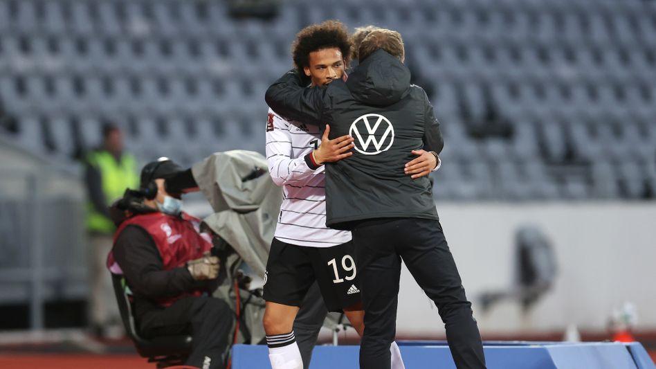 Leroy Sané umarmt Bundestrainer Hansi Flick