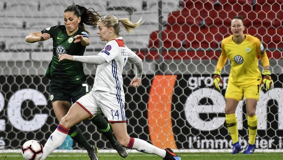 Lyon-Angreiferin Ada Hegerberg (Nr. 14), Wolfsburg-Mittelfeldspielerin Sara Bjork Gunnars-Dottir (l.)
