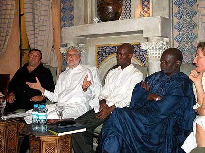 """Heller mit Produzent Hoffmann, Choreopgraf Momboye, Uno-Delgiertem Diene: """"Bei den afrikanischen Artisten ist es immer eine Hetz'"""""""