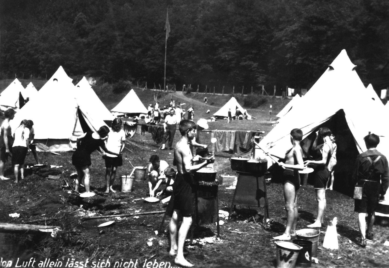 """Zeltlager am Rande der Stadt Braunschweig, zur Vorbereitung auf das Leben in einer """"Kinderrepublik"""","""