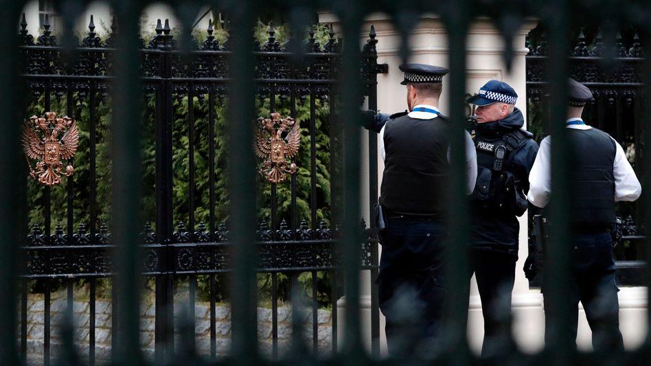 Polizisten vor demEingang der russischenBotschaft in London (2018)