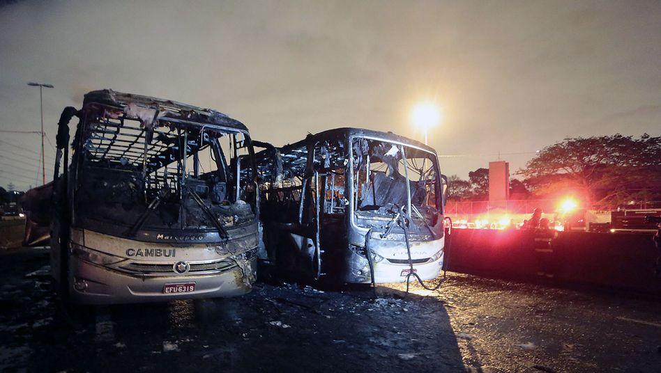 Ausgebrannte Busse in Sao Paulo: Polizei setzt Tränengas gegen Randalierer ein
