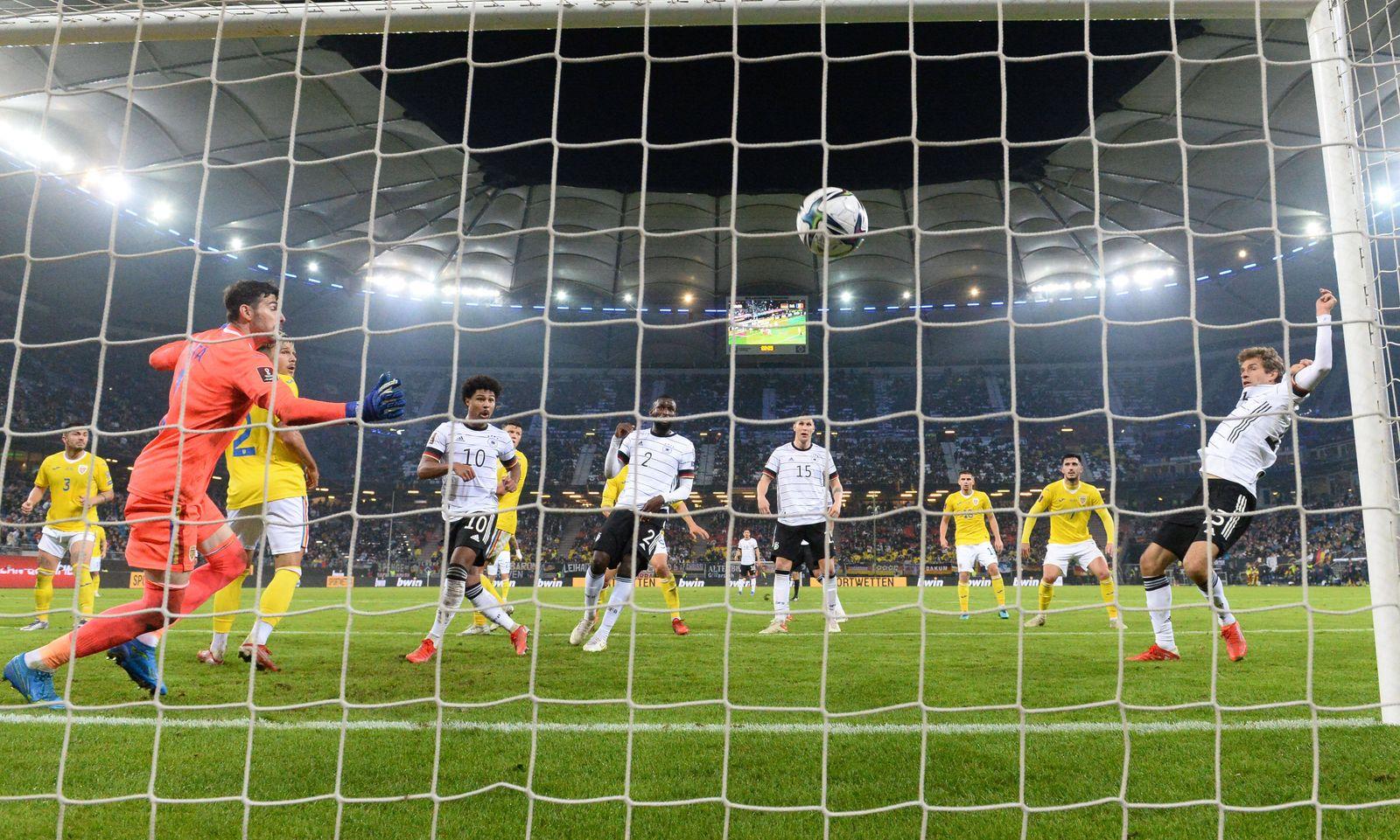 Fussball, Herren, Saison 2021/22, WM-Qualifikation (Gruppe J, 7. Spieltag) in Hamburg, Deutschland - Rumänien, v. r. Th