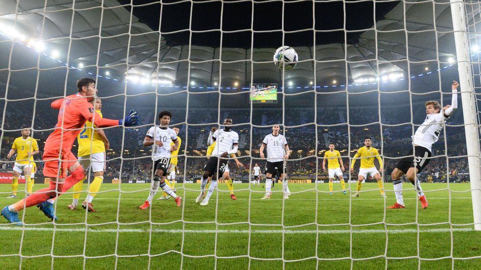 Thomas Müller (r) bei seinem Siegtreffer gegen Rumänien