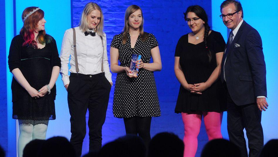 Grimme Online Award in Köln: Die Gewinnerinnen mit Laudator Jan Hofer
