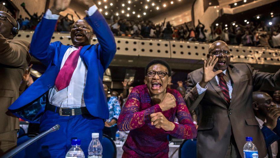 Simbabwische Parlamentarier bejubeln Robert Mugabes Rücktritt