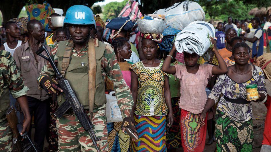 Uno-Soldaten mit Flüchtlingen in der Zentralafrikanischen Republik