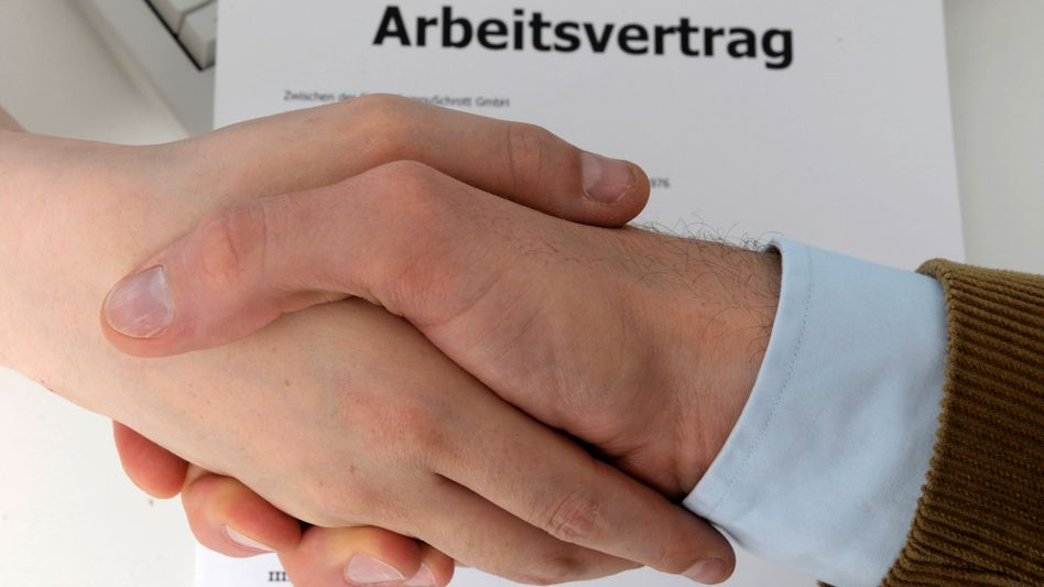 Der Arbeitsvertrag ist unterschrieben - aber wie lange darf der Mitarbeiter bleiben?
