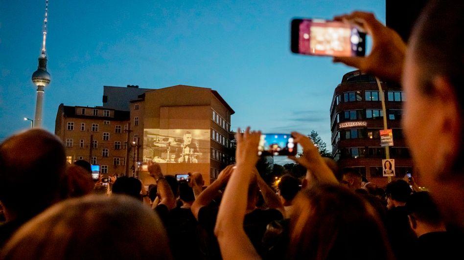 """Akt der Freiheit: Rammstein streamen ihren neuen Song """"Radio"""" an eine Berliner Hauswand - Hunderte Fans kamen"""