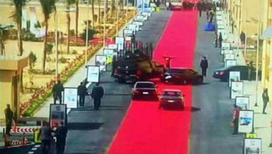 """Roter Teppich für eine Wagenkolonne: Edler Straßenbelag zur """"Verschönerung der Umgebung"""""""