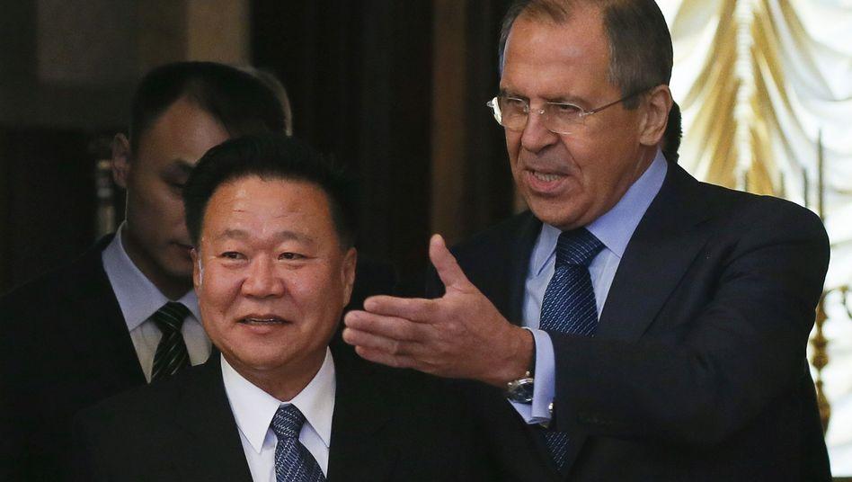 Nordkoreas Gesandter Choe (l.) mit Russlands Außenminister Lawrow: Neue Gespräche