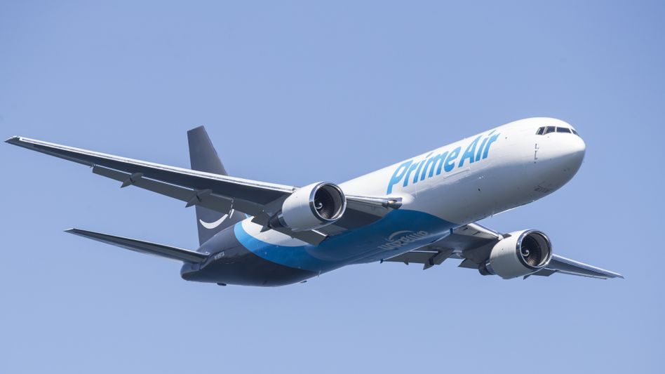 Flugzeug in »Prime Air«-Lackierung: Bisher setzt Amazon nur geleaste Maschinen ein