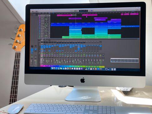 Audioprojekte in Logic Pro X, die mein Notebook an die Grenzen seiner Leistungsfähigkeit bringen, können den 10-Kern-Prozessor des Test-iMacs nicht beeindrucken. Unten rechts im Bild ist die Auslastung zu sehen.
