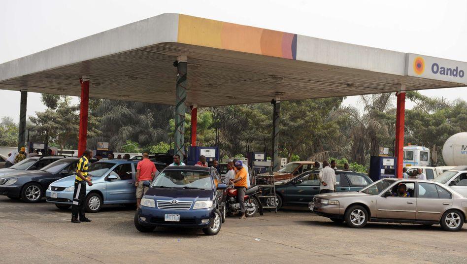 Tankstelle in Lagos: Benzinpreis rauf - Benzinpreis wieder runter