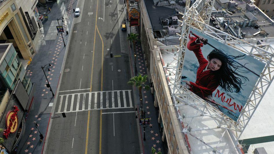 """Der leere Hollywood-Boulevard und ein """"Mulan""""-Poster an den Walt-Disney-Studios: Die Coronakrise führt zu zahlreichen Verschiebungen bei Premieren (Foto vom 31. März 2020)"""