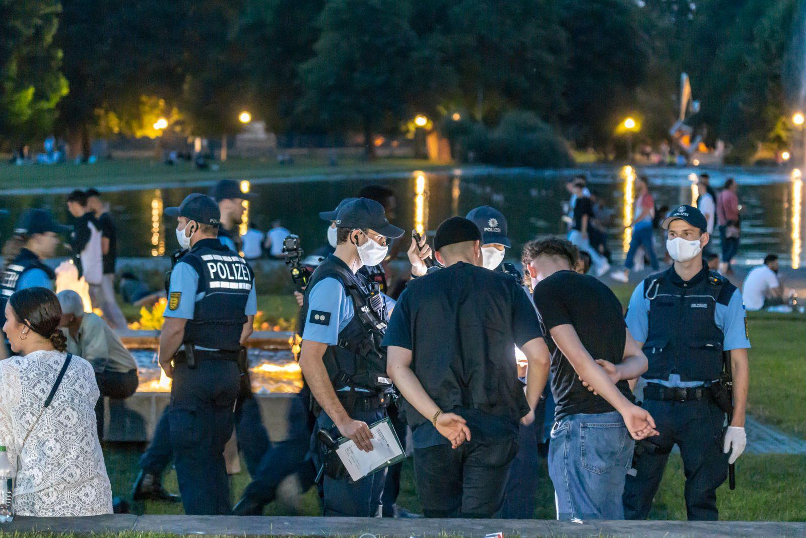 Massives Polizeiaufgabe am Eckensee in Stuttgart. Dort war die Keimzelle der Krawalle vom Samstag zuvor. Der von der Po