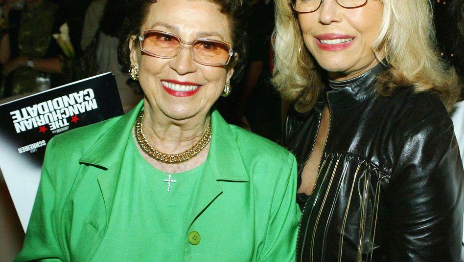 Nancy Sinatra, links, mit Tochter Nancy Junior, im Jahr 2004 in Beverly Hills