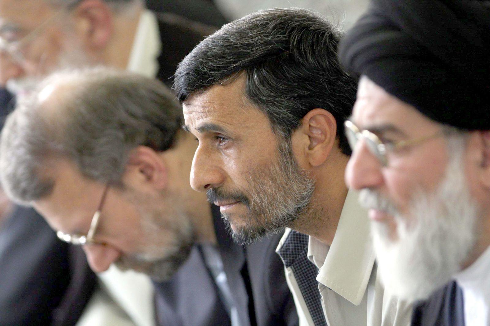 Ahmadinedschad beim Freitagsgebet