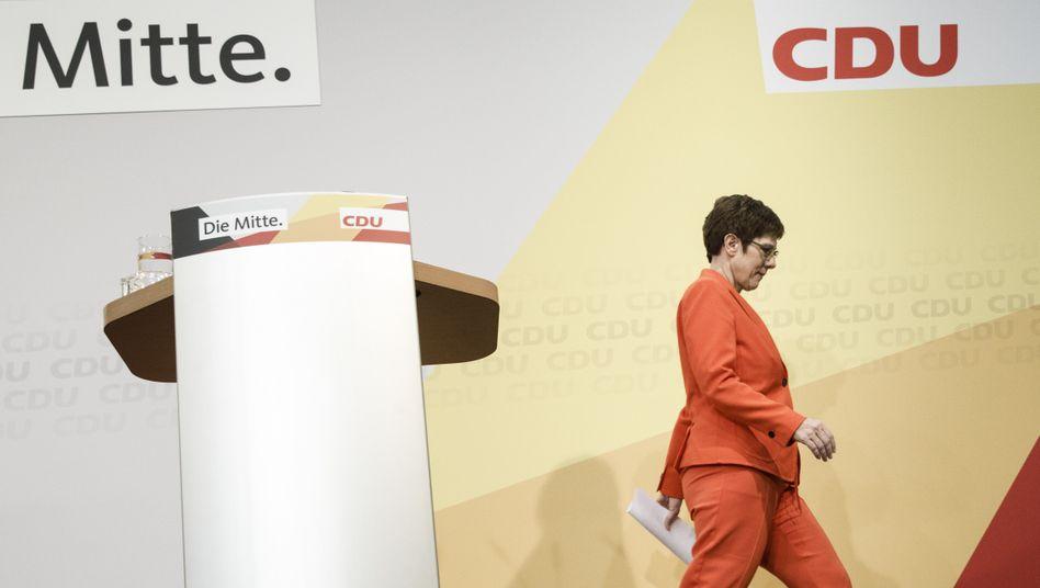CDU-Chefin Kramp-Karrenbauer nach der Pressekonferenz am Freitag in Berlin