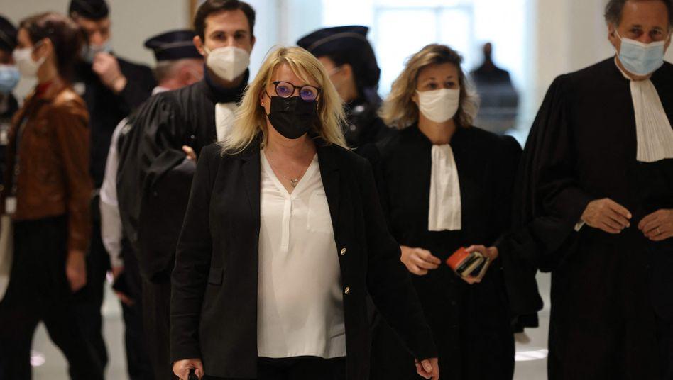 Die Generaldirektorin der französischen Agentur für Arzneimittelsicherheit, Christelle Ratignier-Carbonneil (M.), vor Gericht