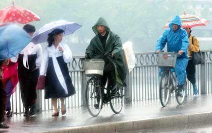 Radler im Regen: Frauen dürfen nur schieben